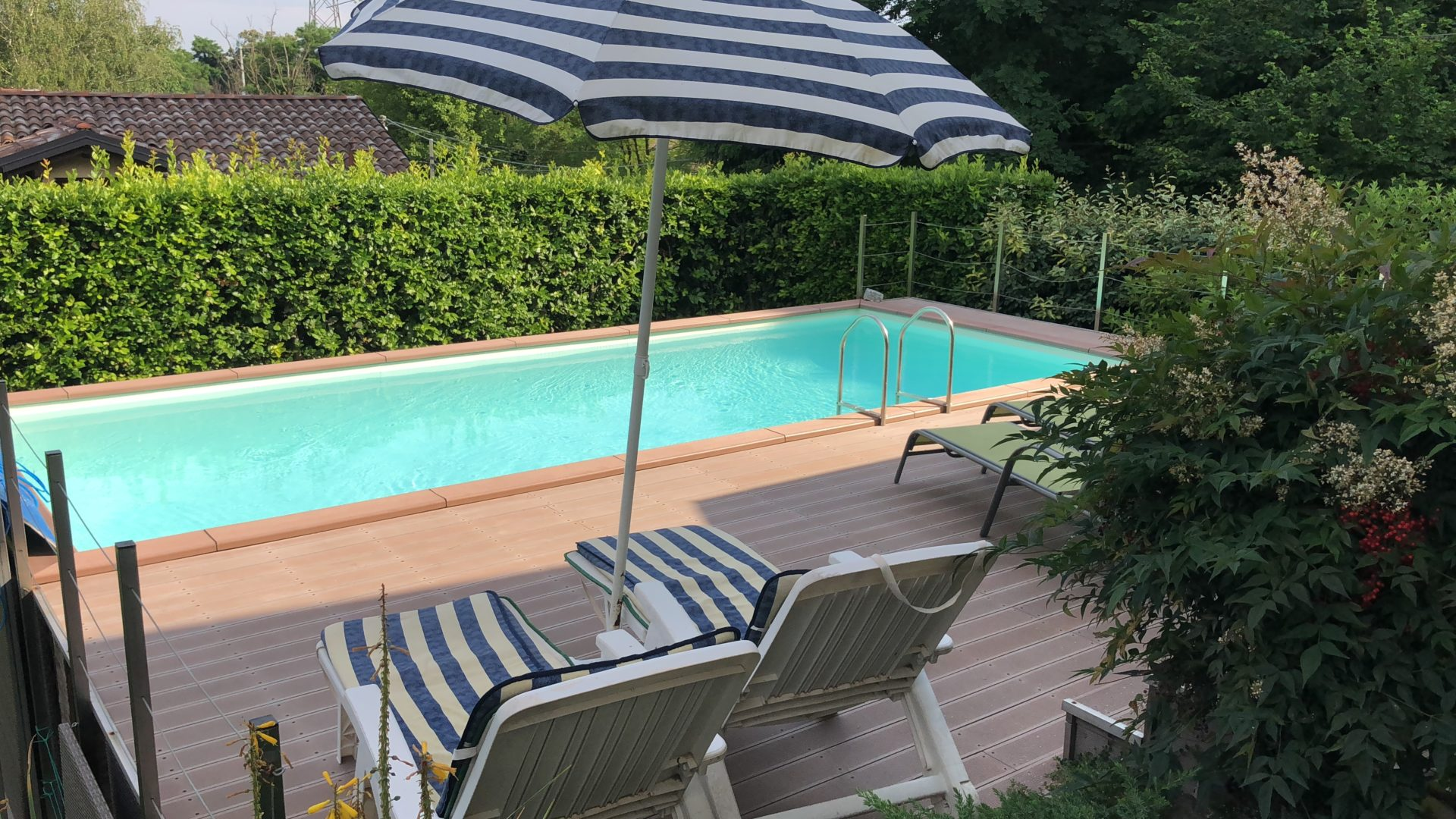 Varese, Via Monte Generoso: moderna villa con piscina