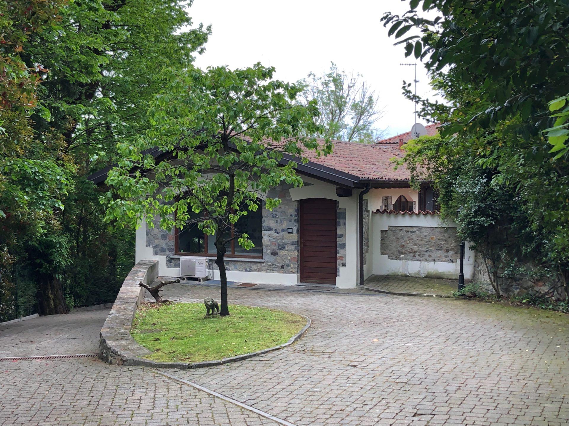 Varese, Montello: riservata e caratteristica villa singola immersa nel verde